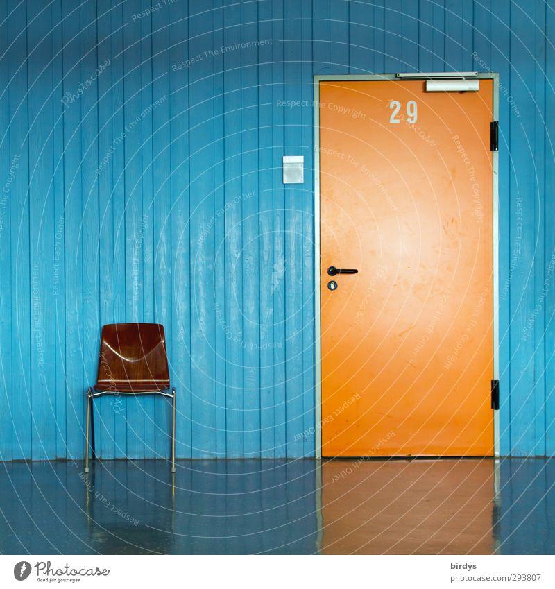 orangene Tür mit Nummer 29 und Türschild in blauer Wand und einem Stuhl für Wartende  davor. Büro Klassenraum Flur Eingang Ziffern & Zahlen warten ästhetisch
