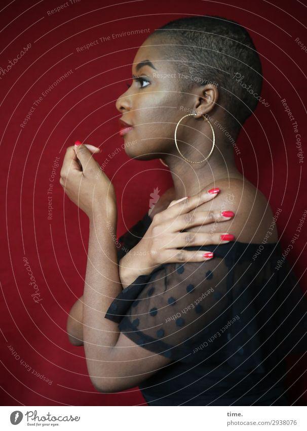 Arabella feminin Frau Erwachsene 1 Mensch Kleid Stoff Ohrringe schwarzhaarig kurzhaarig beobachten festhalten Blick schön selbstbewußt Willensstärke Wachsamkeit