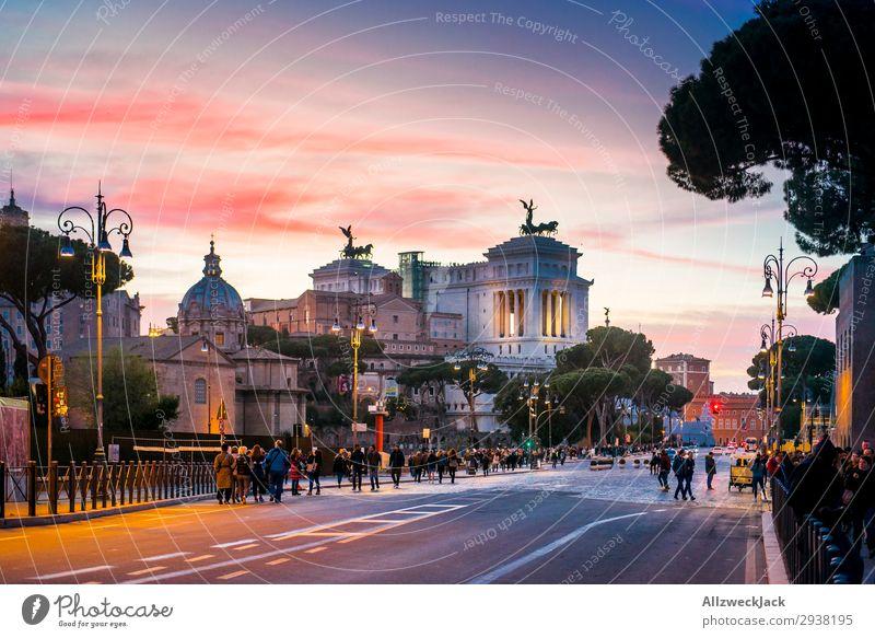 Rom Stadtzentrum in der Dämmerung des Sonnenuntergangs Tourismus Straße Großstadt Nachtaufnahme Aussicht Abenddämmerung Himmel Wolken Sehenswürdigkeit Altstadt