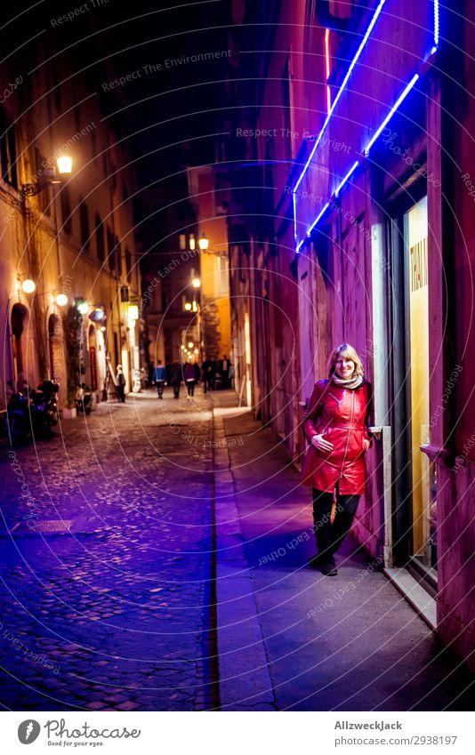 junge Frau nachts im Neonlicht der Innenstadt von Rom Ferien & Urlaub & Reisen Junge Frau Stadt rot Wolken Reisefotografie Tourismus Europa Italien Städtereise