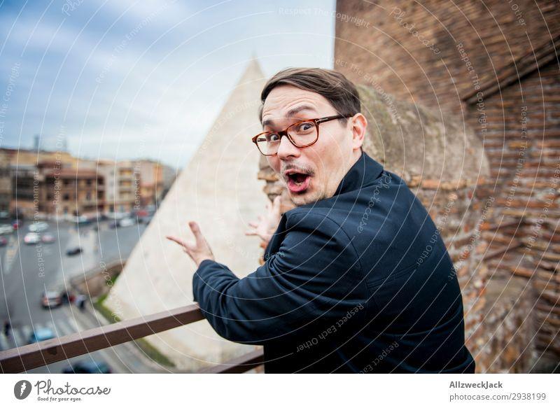 Young man freaks out seeing a pyramid in rome Ferien & Urlaub & Reisen Stadt Junger Mann Wolken Freude Reisefotografie Tourismus Europa Italien Brille