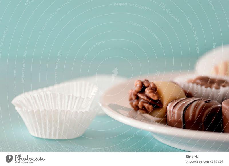 Versuchung Süßwaren Schokolade Ernährung Teller lecker süß weiß Lebensfreude genießen Reichtum Kalorie Konfekt Verpackung türkis Farbfoto Innenaufnahme