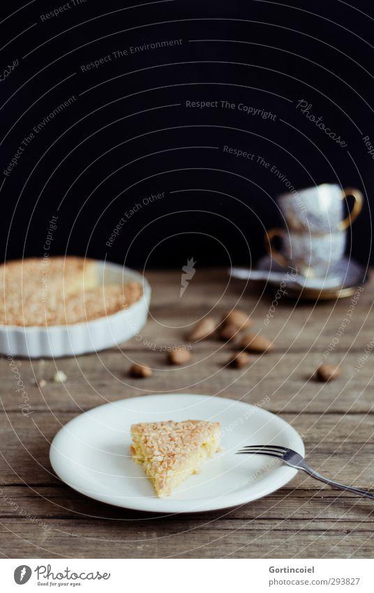 Schwedischer Mandelkuchen Lebensmittel Teigwaren Backwaren Kuchen Süßwaren Ernährung Kaffeetrinken Slowfood Teller Tasse Gabel lecker süß Kuchengabel Holztisch