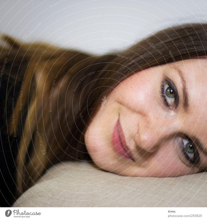 . feminin Frau Erwachsene Kopf Gesicht Auge 1 Mensch 18-30 Jahre Jugendliche Haare & Frisuren langhaarig beobachten Lächeln liegen Glück schön Wärme Gefühle