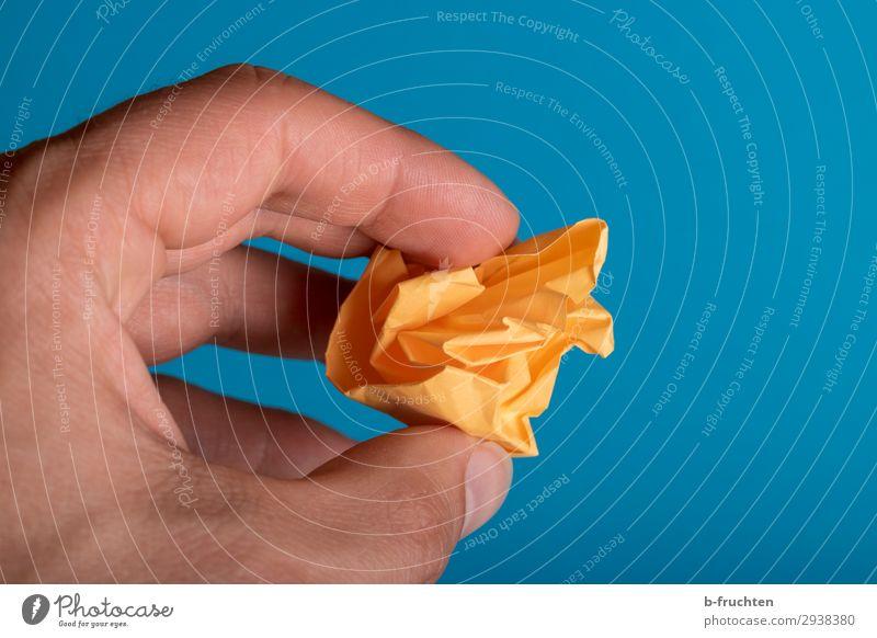 Keine Ideen Schule Büroarbeit Arbeitsplatz Business Hand Finger Papier Zettel Zeichen Arbeit & Erwerbstätigkeit gebrauchen berühren festhalten blau orange