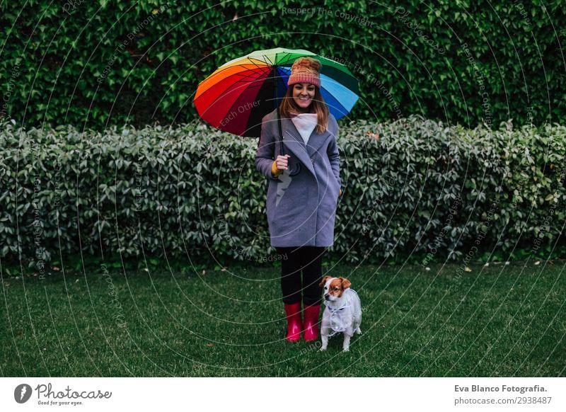 junge Frau und Hund mit Regenschirm im Freien Lifestyle Mensch feminin Junge Frau Jugendliche Erwachsene 1 30-45 Jahre Natur Wasser Wassertropfen Wolken