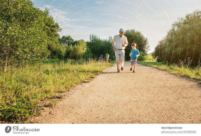 Senior Mann und glückliches Kind, das im Freien läuft. Freude Glück Freizeit & Hobby Spielen Sommer Mensch Junge Erwachsene Großvater Familie & Verwandtschaft