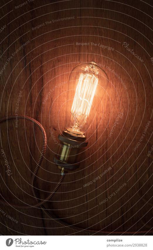 Vintage Glühbirne auf altem Holz Nachtleben Entertainment Party ausgehen Technik & Technologie Energiewirtschaft Erneuerbare Energie Wissen Inspiration Lampe