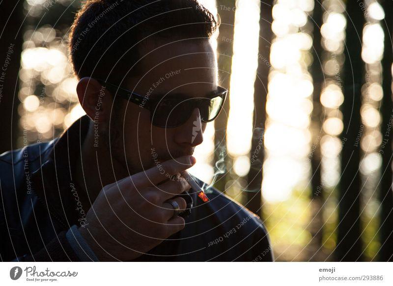 glühen maskulin Junger Mann Jugendliche 1 Mensch 18-30 Jahre Erwachsene Sonnenbrille Coolness Rauchen Zigarette Außenaufnahme Abend Silhouette Gegenlicht