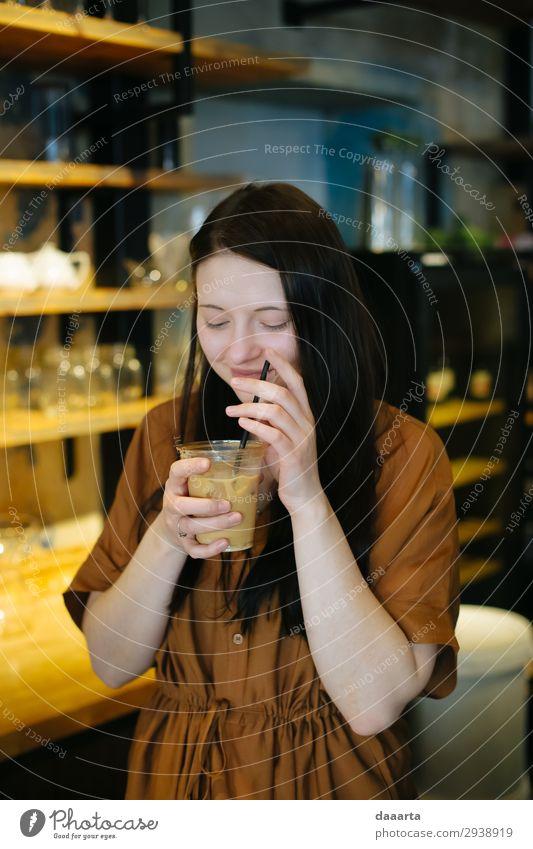 zufrieden mit dem Kaffee 9 Getränk trinken Latte Macchiato Espresso Eiskaffee kalter Milchkaffee Glas Trinkhalm Lifestyle elegant Freude Leben harmonisch