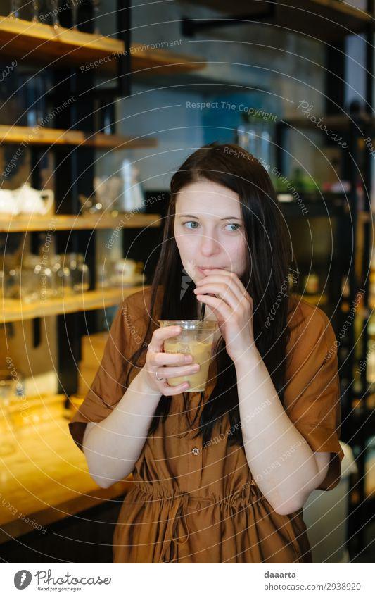 zufrieden mit dem Kaffee 8 Getränk trinken Erfrischungsgetränk Latte Macchiato Espresso Eiskaffee Glas Trinkhalm Lifestyle elegant Stil Freude Leben harmonisch