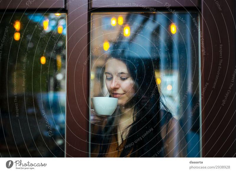 Frau Jugendliche Junge Frau schön Freude Fenster Lifestyle Erwachsene Leben Wärme feminin Feste & Feiern Stil Freiheit Häusliches Leben Design