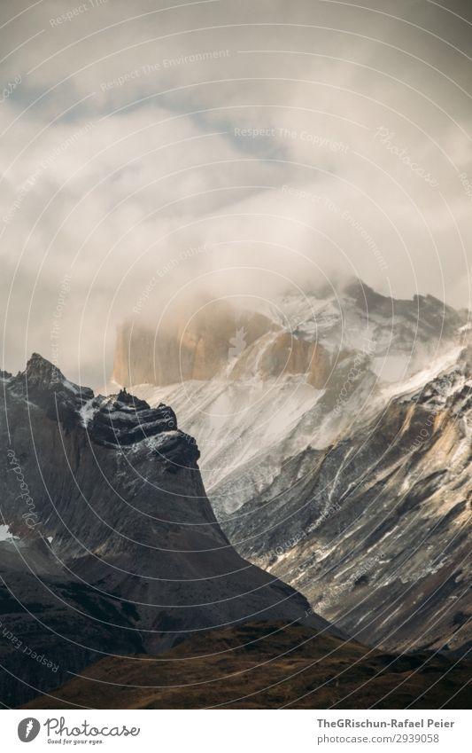 Imposante Bergen Umwelt Natur Landschaft braun schwarz silber weiß Berge u. Gebirge Schneebedeckte Gipfel Wolken Sonnenstrahlen Patagonien Chile Nationalpark