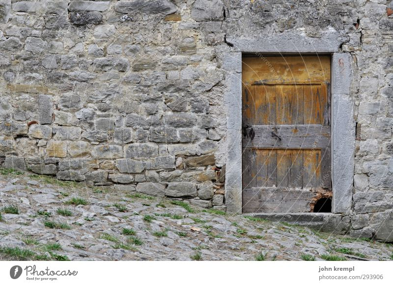Deine Stadt rinnt aus alt Haus dunkel Wand Holz Mauer grau Gebäude Stein Fassade Tür authentisch Wandel & Veränderung Vergänglichkeit Neigung