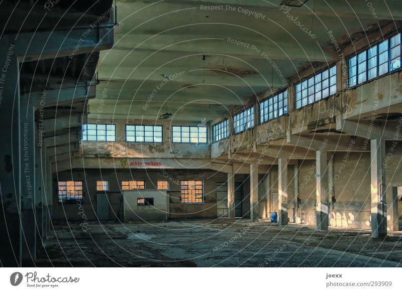 Aus-Gestorben Fabrik Gebäude alt gruselig braun gelb schwarz Schlachthof Farbfoto Gedeckte Farben Innenaufnahme Menschenleer Tag Licht Schatten Kontrast