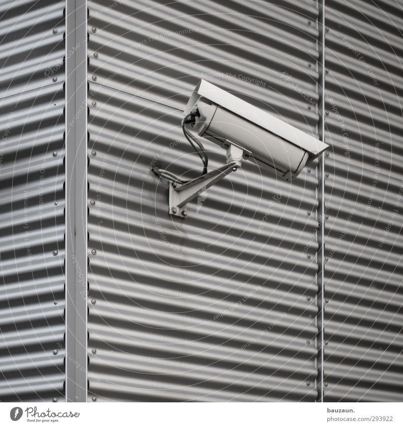 big brother. Stadt Haus Gebäude grau Linie Metall Fassade Hochhaus gefährlich bedrohlich beobachten Technik & Technologie Sicherheit Industrie Kabel Fabrik