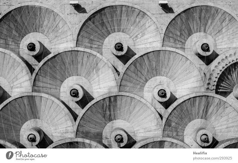 Ring weiß schwarz kalt Wand Mauer grau Gebäude Fassade ästhetisch rund Brunnen Bauwerk Wahrzeichen Sehenswürdigkeit Symmetrie sehr wenige