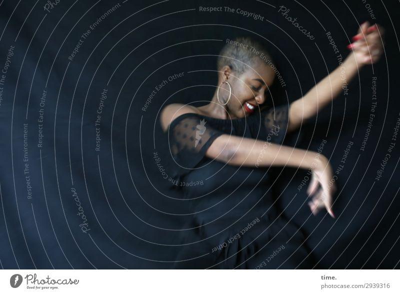 Arabella feminin Frau Erwachsene 1 Mensch Tänzer Kleid Stoff Ohrringe schwarzhaarig kurzhaarig Bewegung Erholung lachen Tanzen schön Gefühle Freude Lebensfreude