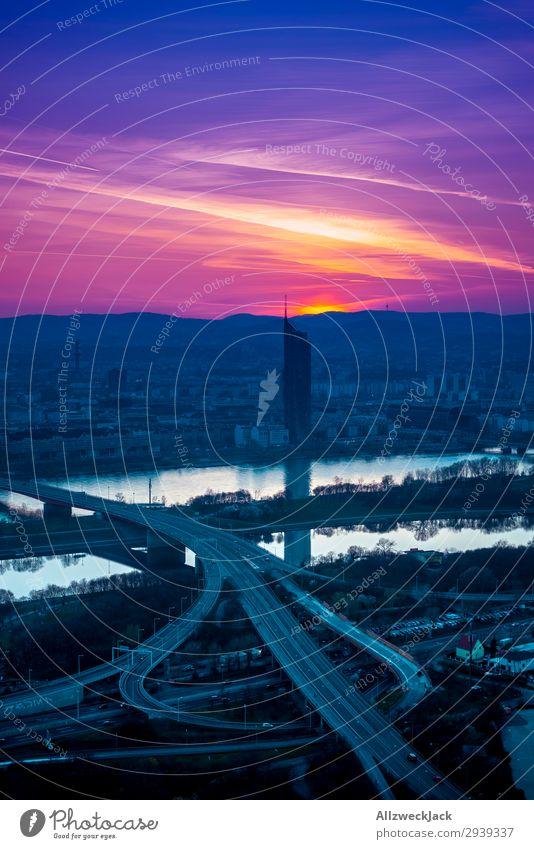 Wiener Skyline und Donau vom Donauturm im Sonnenuntergang Österreich Hauptstadt Stadtzentrum Hochhaus Brücke Gebäude Verkehrswege Hochstraße ästhetisch