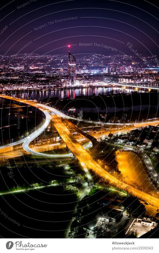 Wiener Skyline bei Nacht vom Donauturm Menschenleer Farbfoto Außenaufnahme Dämmerung Abend Lichterscheinung Sonnenuntergang Gegenlicht Vogelperspektive