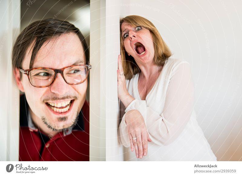 Mann schaut durch Türspalt und Frau hat Angst hinter der Tür Mensch Jugendliche Junge Frau Junger Mann weiß Erwachsene Gefühle Paar Kopf Häusliches Leben