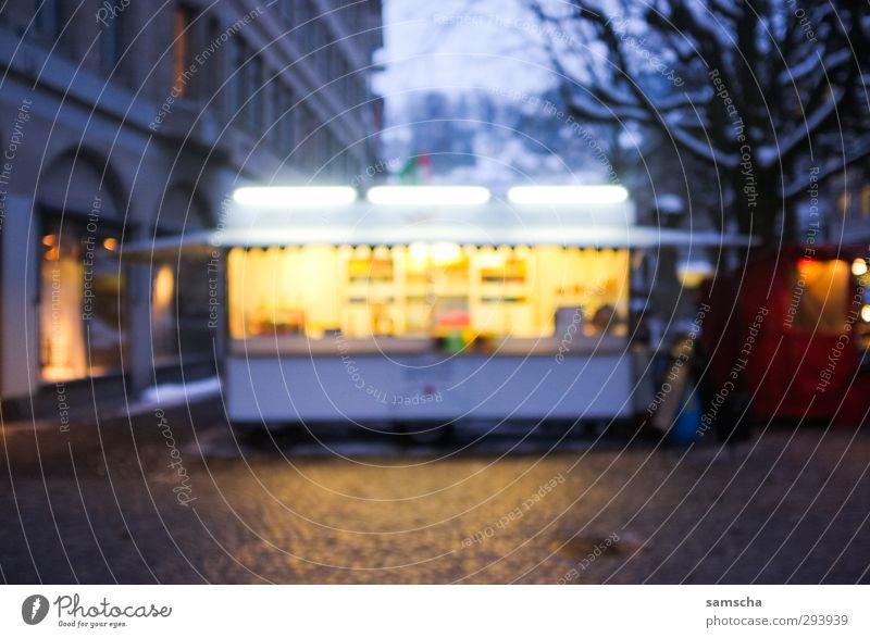 Imbiss Stadt dunkel kalt Beleuchtung Essen Lebensmittel leuchten Getränk Ernährung kaufen Gastronomie erleuchten Abenddämmerung Stadtzentrum Marktplatz