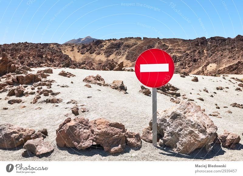 Marsähnliche Landschaft mit No Entry Verkehrszeichen. Ferien & Urlaub & Reisen Tourismus Ausflug Abenteuer Ferne Freiheit Berge u. Gebirge Natur Sand Himmel