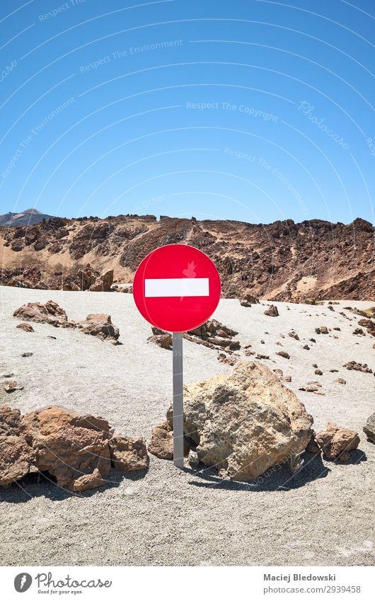 Marsähnliche Landschaft mit No Entry Verkehrszeichen. Ferien & Urlaub & Reisen Tourismus Berge u. Gebirge Natur Sand Himmel Felsen Vulkan Einsamkeit