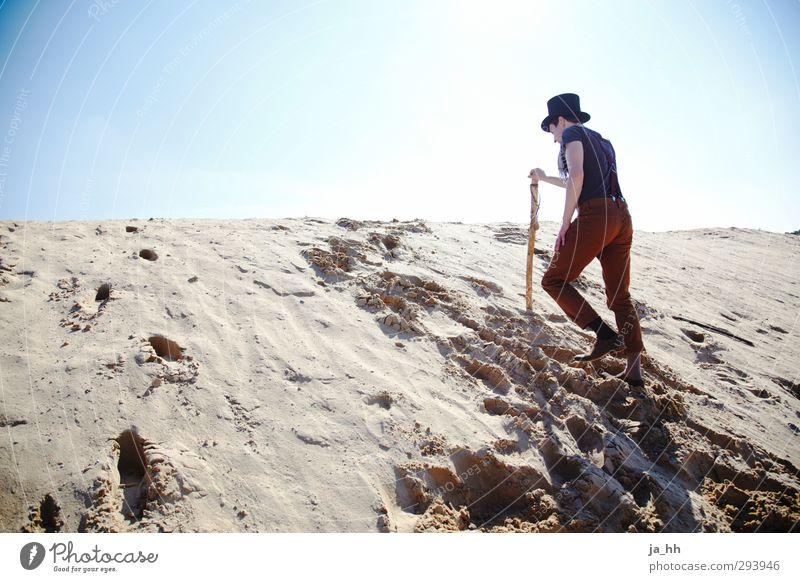 Aufstieg Sonne Einsamkeit Strand Berge u. Gebirge Freiheit Sand wandern Perspektive Ausflug Abenteuer Wandel & Veränderung Unendlichkeit Klettern Zukunftsangst Düne Wolkenloser Himmel