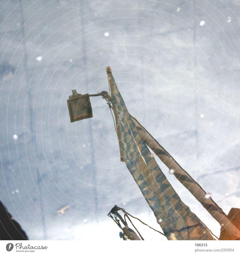 Nu Gebäude ästhetisch Reflexion & Spiegelung Lampe Laterne Scheinwerfer Bürgersteig Farbfoto Außenaufnahme