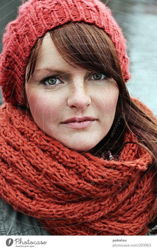 Frederike Haut Gesicht Mensch Junge Frau Jugendliche Kopf Haare & Frisuren 1 18-30 Jahre Erwachsene Winter Mütze Schal langhaarig Scheitel Pony Blick schön