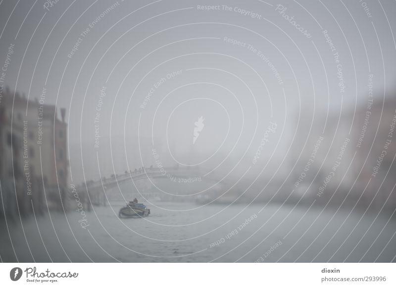 Traumsequenz Ferien & Urlaub & Reisen Wasser Stadt Haus dunkel träumen Wasserfahrzeug Wetter Nebel Tourismus Brücke Italien geheimnisvoll Schifffahrt