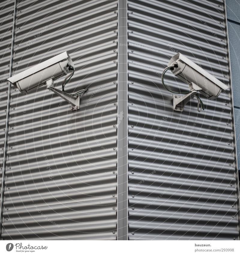 big sister. Stadt Haus Wand Gebäude Mauer grau Linie Fassade Wohnung Angst beobachten bedrohlich Industrie Schutz Sicherheit Todesangst