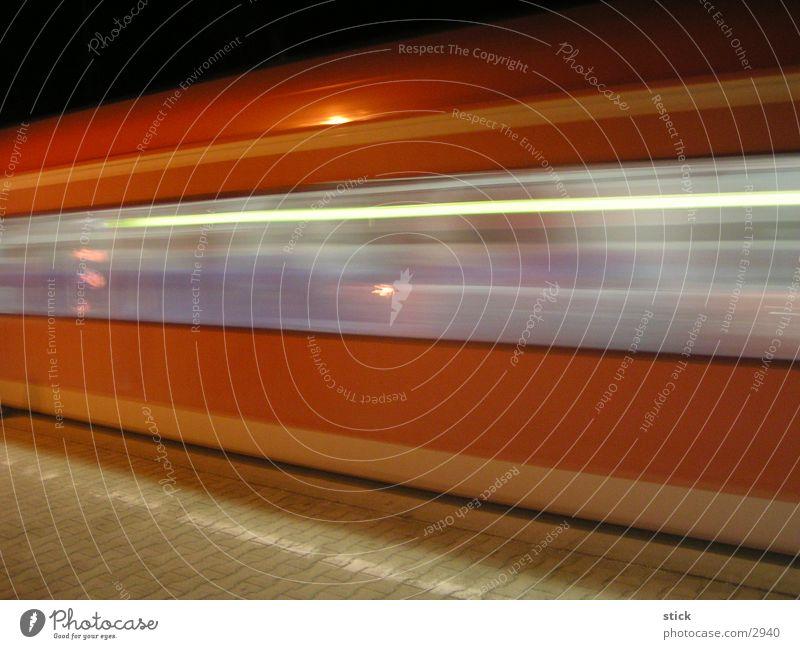 S-Baaahn S-Bahn Eisenbahn Geschwindigkeit Langzeitbelichtung Verkehr Bahnhof Unschärfe