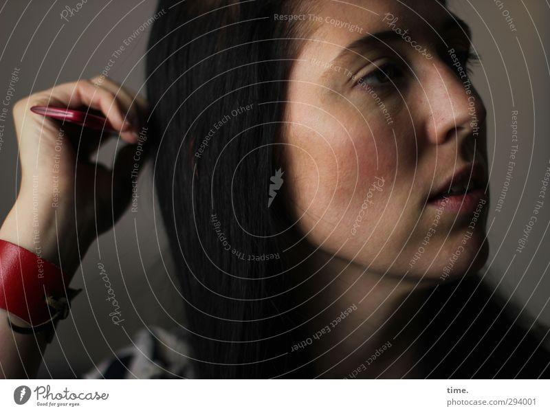 C. feminin Frau Erwachsene Gesicht Hand 1 Mensch 18-30 Jahre Jugendliche Accessoire Kamm Armband Lederband Haare & Frisuren schwarzhaarig langhaarig beobachten