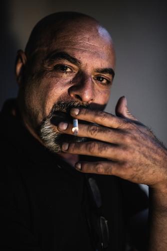 Rauchender Vater Lifestyle Rauschmittel Mensch maskulin Mann Erwachsene Senior 1 45-60 Jahre alt dunkel nahöstlich arabisch gutaussehend reif Zigarre Nacht
