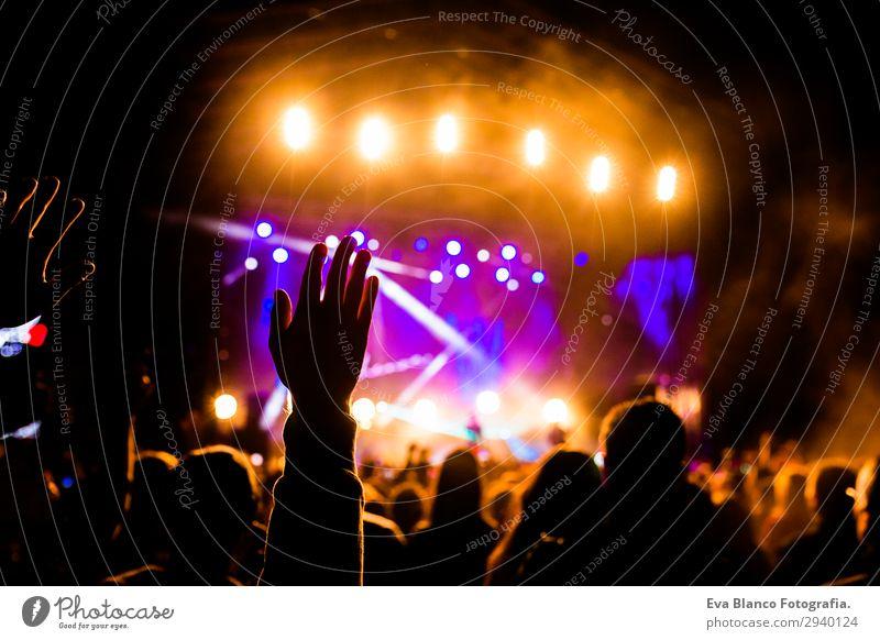 Jugendliche Sommer Hand Freude Erwachsene Glück Feste & Feiern Paar Party Menschengruppe Felsen Freundschaft Freizeit & Hobby Musik Technik & Technologie