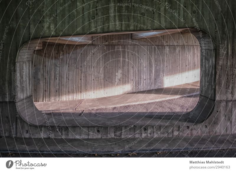 Durchsicht im Parkhaus Architektur Mauer Wand Fenster Verkehrswege Autofahren Straße Beton Ziffern & Zahlen außergewöhnlich dunkel kalt Stadt grau grün