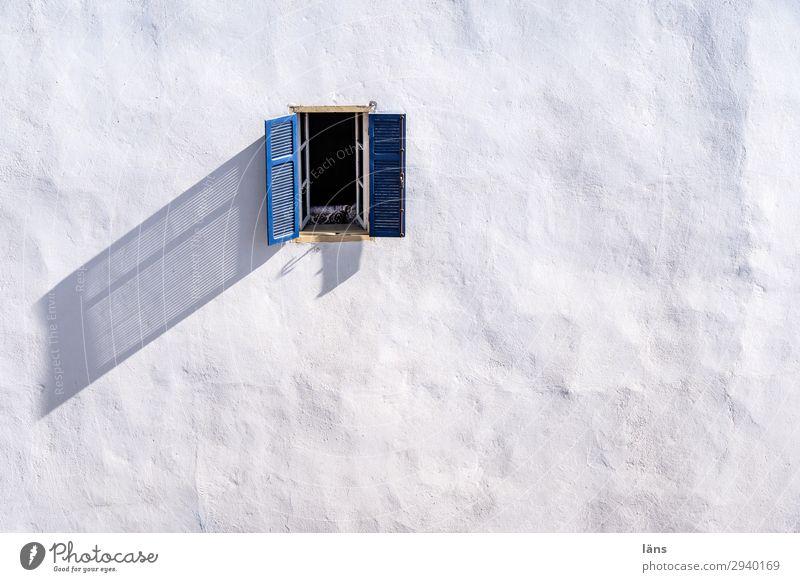 Fenster zum Hof Häusliches Leben Wohnung Haus Essaouira Marokko Afrika Menschenleer Mauer Wand einfach Erwartung Farbfoto Außenaufnahme Strukturen & Formen