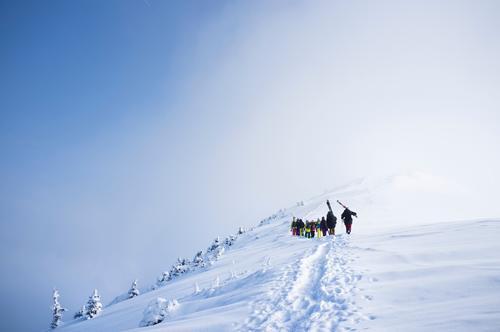 walk away Mensch Himmel Natur blau weiß Landschaft Wolken Winter Berge u. Gebirge Umwelt Bewegung Schnee Sport Lifestyle Menschengruppe Eis