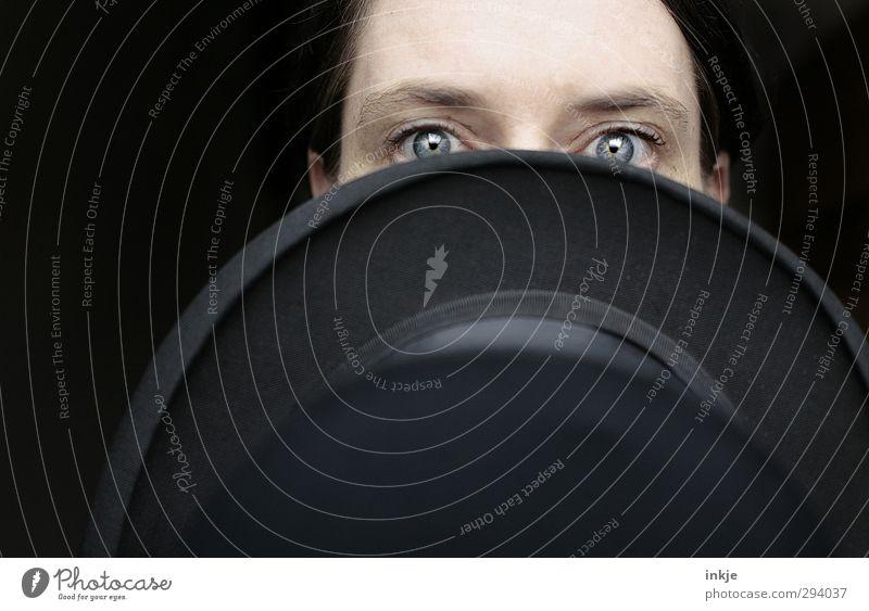 cabaret Frau Erwachsene Leben Gesicht Auge blaue augen 1 Mensch 30-45 Jahre Hut Zylinder Blick schwarz Scham Hemmung geheimnisvoll Identität verstecken verdeckt