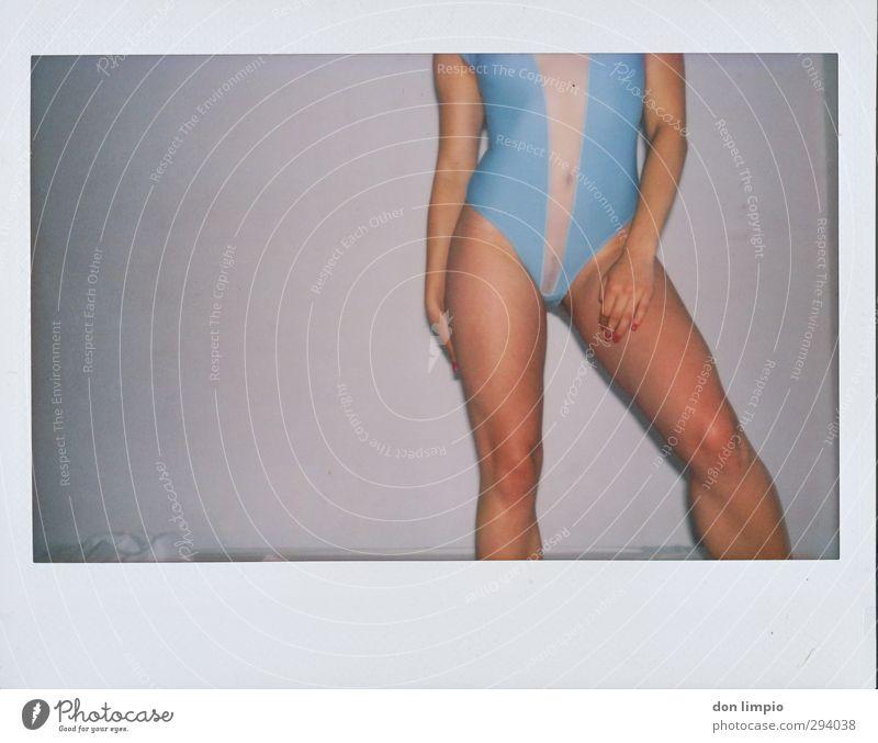 window shop for love feminin Junge Frau Jugendliche Körper 1 Mensch 18-30 Jahre Erwachsene Unterwäsche berühren stehen eckig Erotik dünn schön trashig blau grau