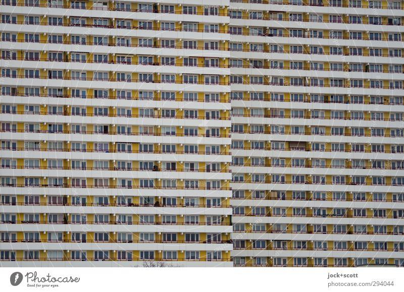 schöner wohnen in Schichten im Plattenbau Marzahn Hochhaus Stadthaus Fassade Balkon Fenster Beton Streifen eckig Zusammensein hässlich trist Hemmungslosigkeit