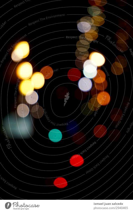 bunte Bokeh-Lichter auf der Straße in der Stadt bei Nacht Farbe mehrfarbig Unschärfe hell Außenaufnahme abstrakt Konsistenz Muster Hintergrund neutral