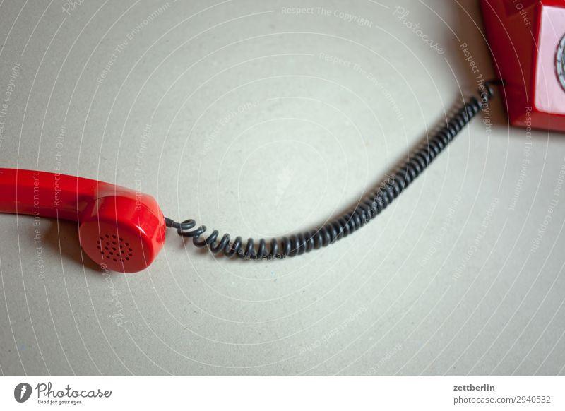Altes rotes Telefon alt Telefongespräch antik Büro heißer draht Sprache Fremdsprache sprechen Telekommunikation Kommunizieren Verbindung Wählscheibe