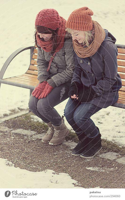 Kichern in der Kälte Mensch Jugendliche rot Freude Winter Junge Frau Erwachsene Schnee feminin lachen Wege & Pfade lustig 18-30 Jahre Sand Freundschaft Zusammensein