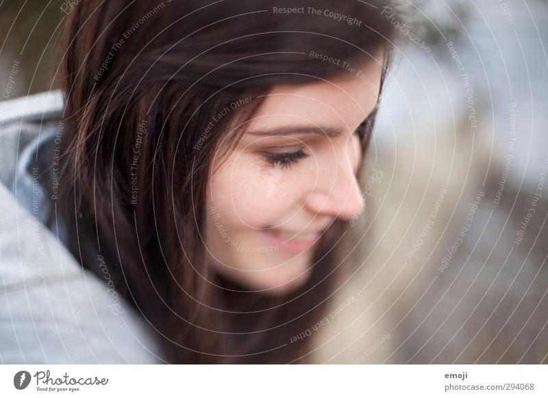 shy smile feminin Junge Frau Jugendliche Kopf Gesicht 1 Mensch 18-30 Jahre Erwachsene schön Lächeln verlegen Farbfoto Außenaufnahme Tag Unschärfe