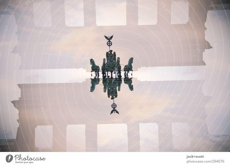 Quadriga mit Schatten alt Metall Erfolg fantastisch Kultur Zeichen historisch fahren Denkmal Hauptstadt Wahrzeichen Berlin Irritation Statue Sehenswürdigkeit Doppelbelichtung
