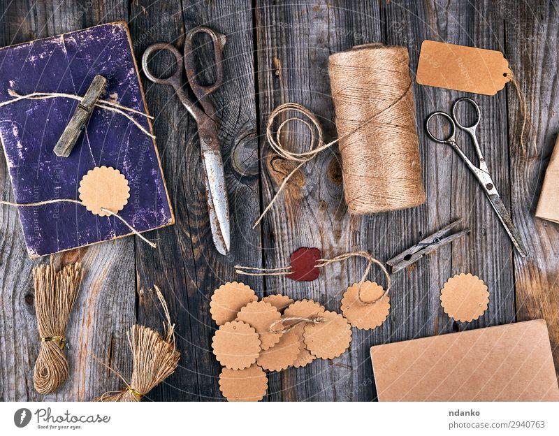 Spule aus braunem Seil, Papierschildern und alter Schere Design Freizeit & Hobby Dekoration & Verzierung Tisch Arbeit & Erwerbstätigkeit Werkzeug Holz Linie