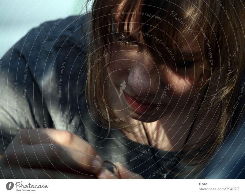 Im Schatten des Rings feminin Junge Frau Jugendliche 1 Mensch 8-13 Jahre Kind Kindheit T-Shirt Accessoire Schmuck blond langhaarig beobachten festhalten Blick